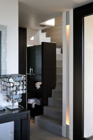 玄关灰色楼梯现代风格装饰设计图片