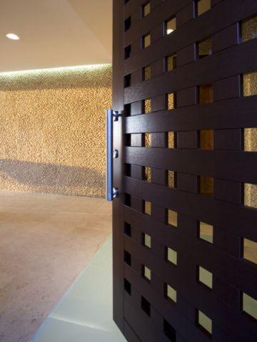 客厅黑色推拉门现代风格装潢效果图