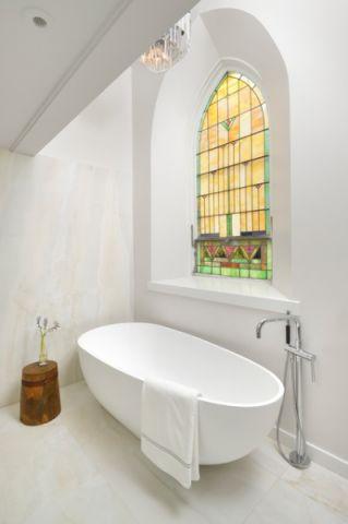 卫生间白色浴缸现代风格装修设计图片