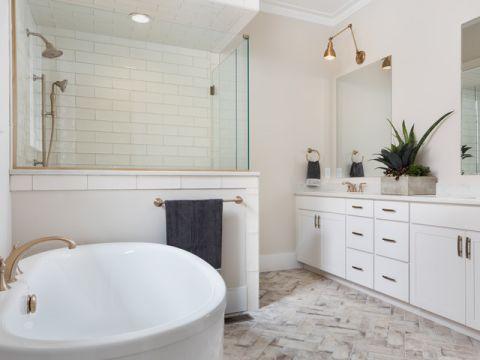卫生间白色背景墙美式风格装潢图片