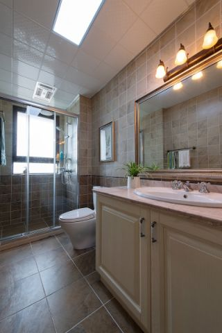 卫生间白色洗漱台美式风格装修设计图片