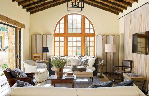 沉穩黃色客廳墻面裝飾圖片