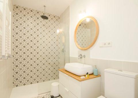 卫生间米色洗漱台装饰效果图