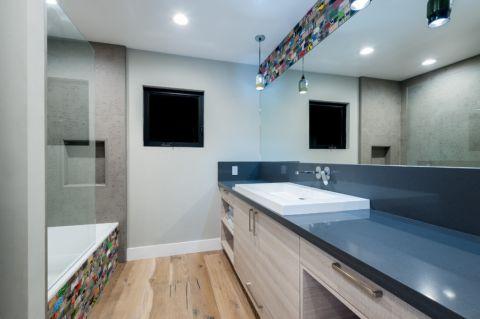 浴室白色吊顶现代风格装饰效果图