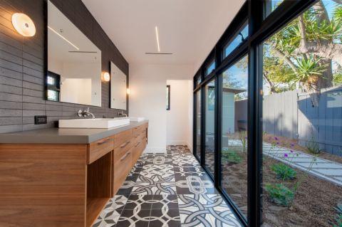 浴室黑色推拉门现代风格装修图片