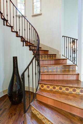 客厅楼梯地中海风格装潢效果图