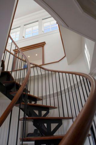 客厅楼梯美式风格装修效果图