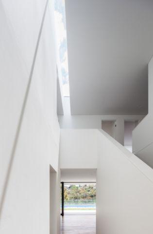 玄关咖啡色地板砖现代风格装饰效果图