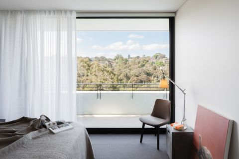 卧室白色窗帘现代风格装潢效果图