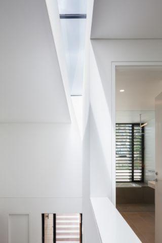 玄关白色楼梯现代风格装饰图片