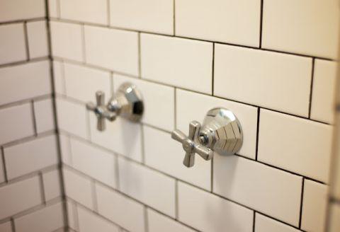 浴室白色背景墙美式风格装修设计图片