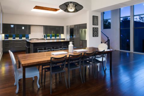 餐厅咖啡色餐桌现代风格装修图片