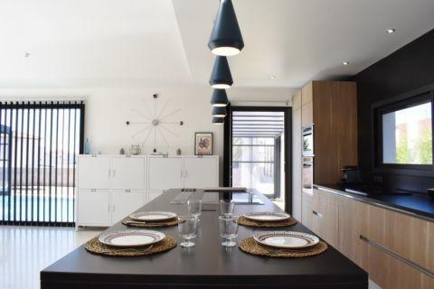 厨房黑色餐桌现代风格装饰效果图