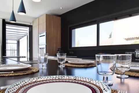 厨房黑色餐桌现代风格装修图片