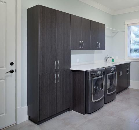 卫生间黑色洗漱台现代风格装潢效果图