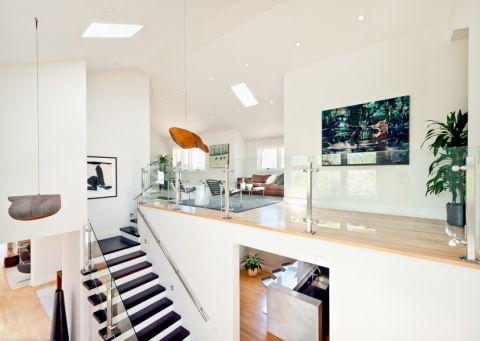 客厅白色阁楼现代风格装潢设计图片