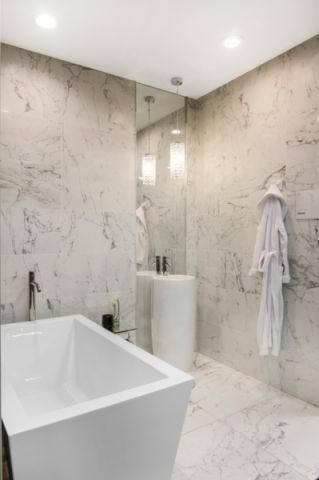 浴室白色浴缸简欧风格装饰设计图片