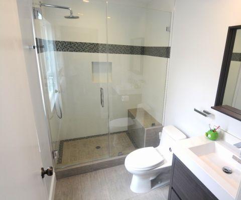浴室白色背景墙现代风格装潢设计图片