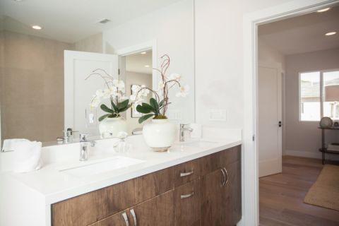 浴室白色洗漱台现代风格装修效果图