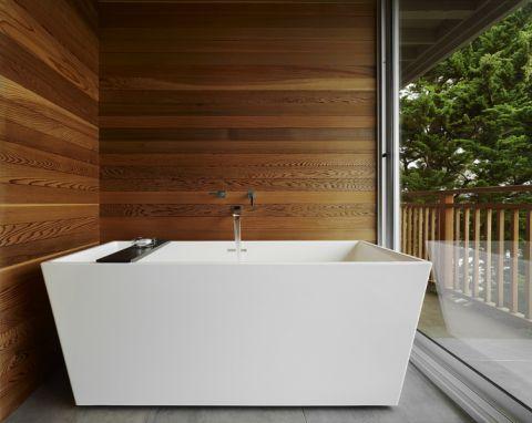 浴室白色浴缸装修案例图片