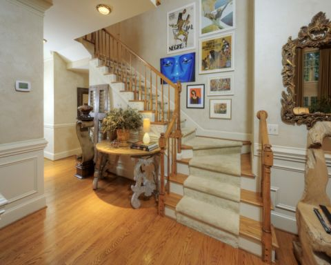 玄关黄色楼梯美式风格装饰图片