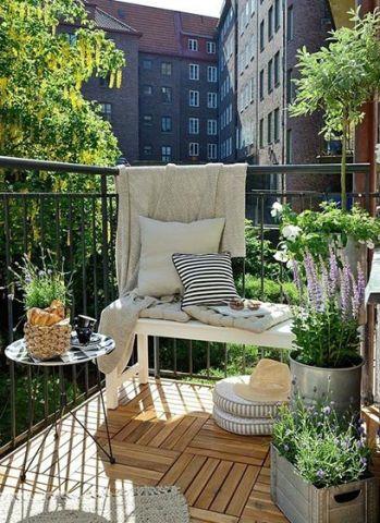 阳台灰色沙发装修美图