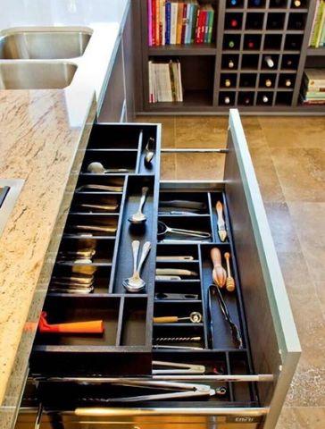 清爽厨房橱柜拉篮室内装饰