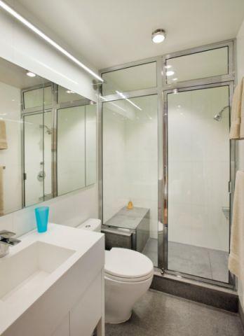浴室白色推拉门设计