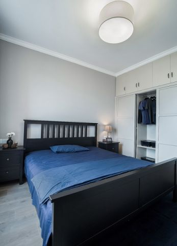卧室黑色平板床装潢图