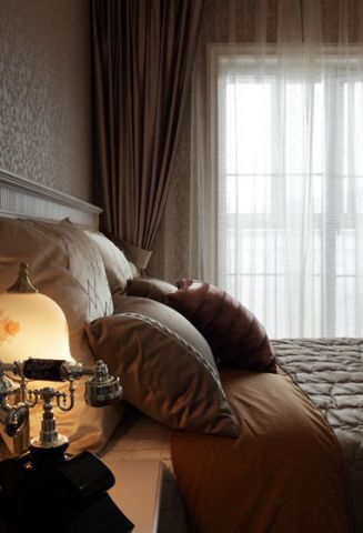 臥室床頭燈灰色窗簾裝飾圖片