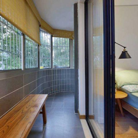 日式客厅挂钟沙发装修实景图