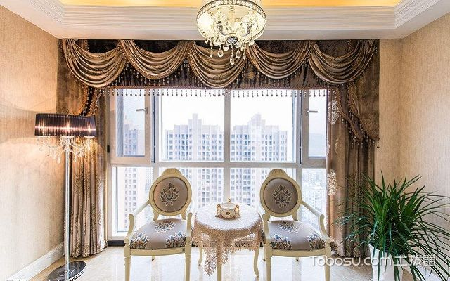 带阳台的客厅窗帘挂法平直式