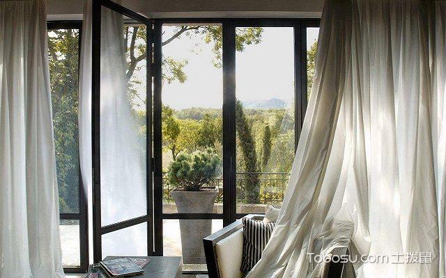 带阳台的客厅窗帘挂法百褶式