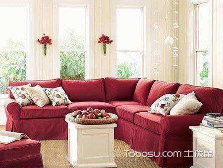 米黄抱枕红色底色沙发_土拨鼠装修经验