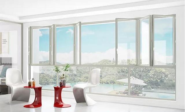 阳台装窗帘之前,需要选择一扇合适的窗户