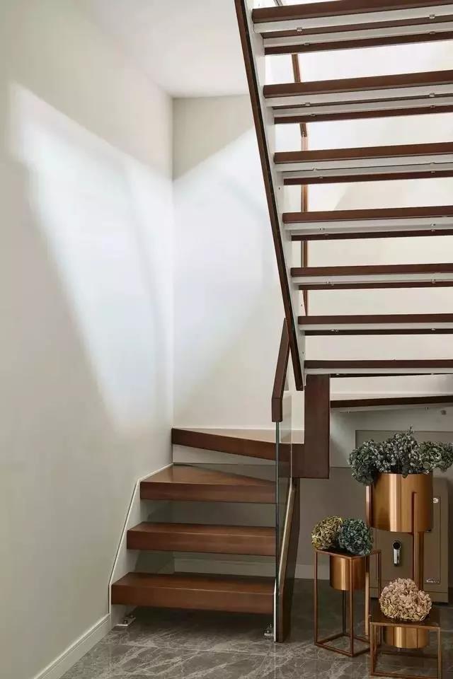 2021美式客厅装修设计 2021美式楼梯装修效果图片