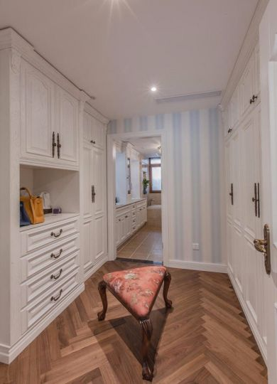 衣帽间咖啡色地板砖美式风格装潢设计图片