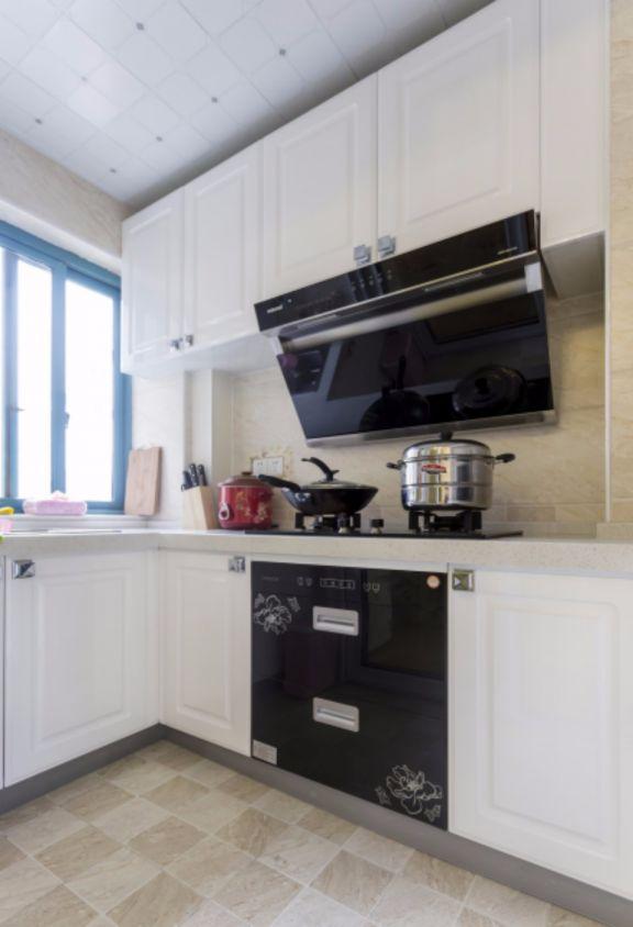 厨房白色橱柜欧式风格装修设计图片