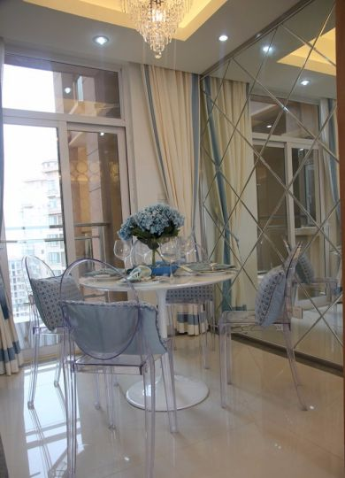 餐厅白色餐桌现代风格装饰图片