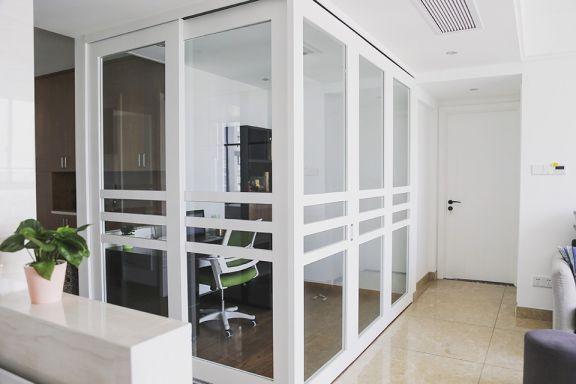 客厅白色隔断现代简约风格装潢设计图片