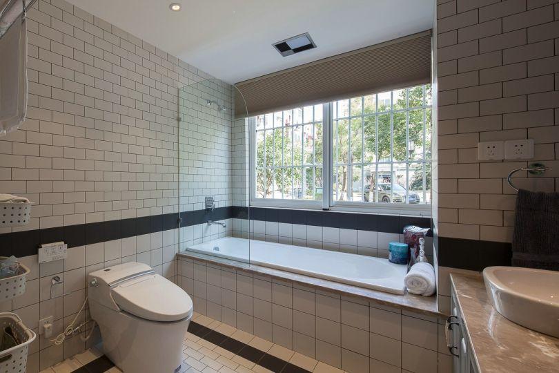 浴室白色浴缸简欧风格装饰图片