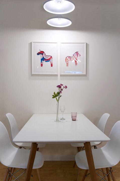 餐厅白色餐桌实景图