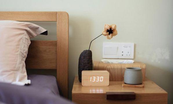 格调新中式黄色床头柜设计图片