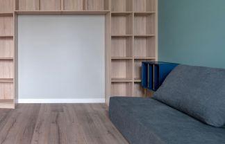 客厅褐色地板装潢图片
