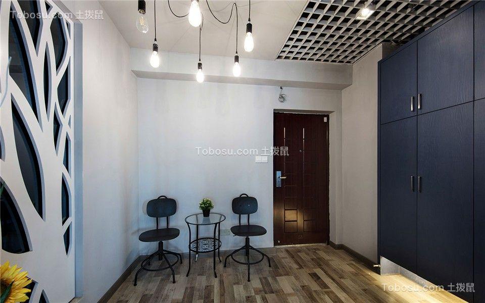 开放办公区黑色与木色搭配,显得沉稳大气又不失质感,加上企业文化墙的点缀,让整个空间灵动富有生气,整体设计既保证了办公区域的功能性,也增加了趣味性。