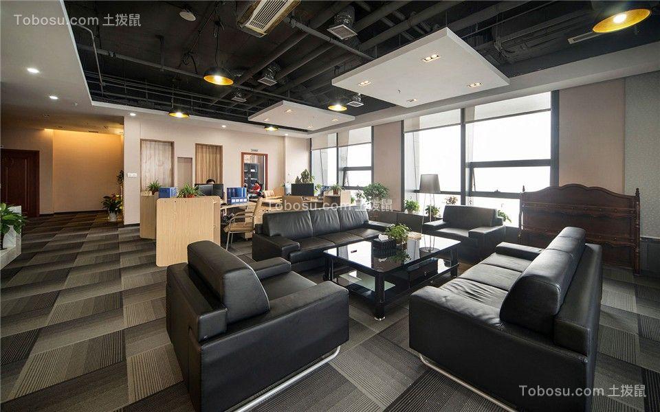 利用不规则的功能区做穿插,减轻办公室以黑色为主色调带来的严肃刻板印象,让商务空间能融入多元功能化的演绎。