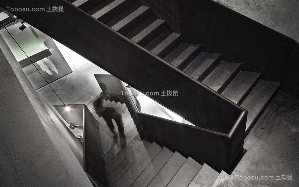 二层的服装店,采用了统一的黑灰色调,即使是楼梯也是极简风格,无多余装饰,简易又流畅。
