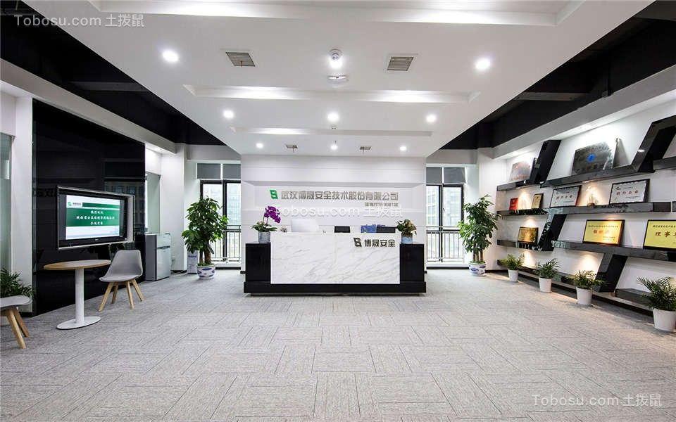极具现代感的前厅用浅色系打造,黑色与白色的深浅对比,简易的接待区,都使整体格局看起来更开阔明朗,具有科技感的前端潮流。