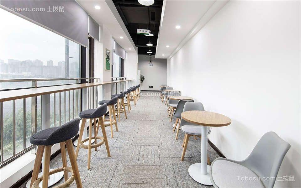 采用与快餐厅类似设计的休息区,简洁的布艺椅子使得休息变成彻底的放松,让员工在用餐时更拉近距离,有利于团队凝聚力的提升。